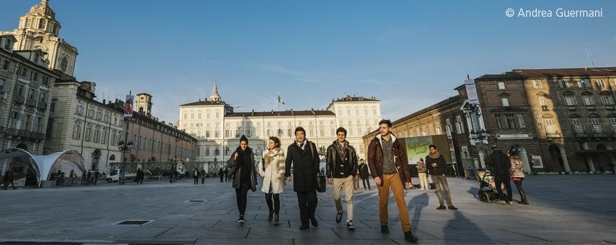 Gruppo di studenti internazionali in piazza Castello